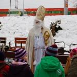 Nikolaus kommt mit der Lorenbahn zu den Kindern
