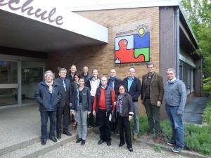 CDU Dielheim und CDU Wiesloch mit Rektor Merz vor der Leimbachtalschule, Dielheim