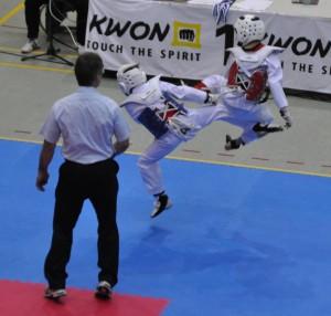 Paul Radtke (blaue Kampfweste) erkämpft die Bronzemedaillle