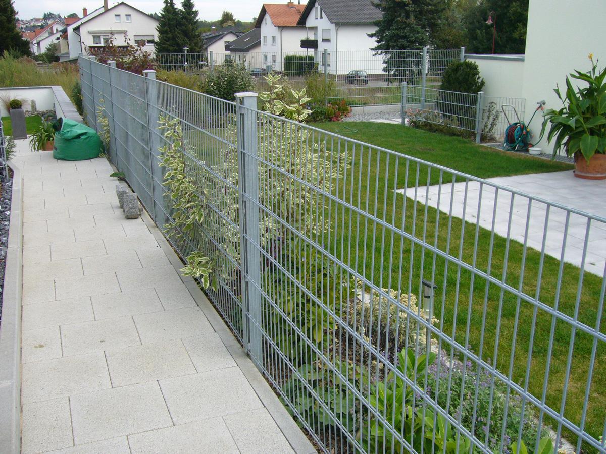 Auch verzinkt macht ein Zaun von RANKO® eine gute Figur.