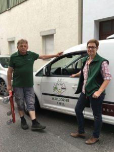 Hans Klemm und Andrea Schröder-Ritzrau auf dem Weg zur Warenabholung