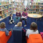 Waldschülerinnen lesen beim Mäusefest in der Stadtbücherei