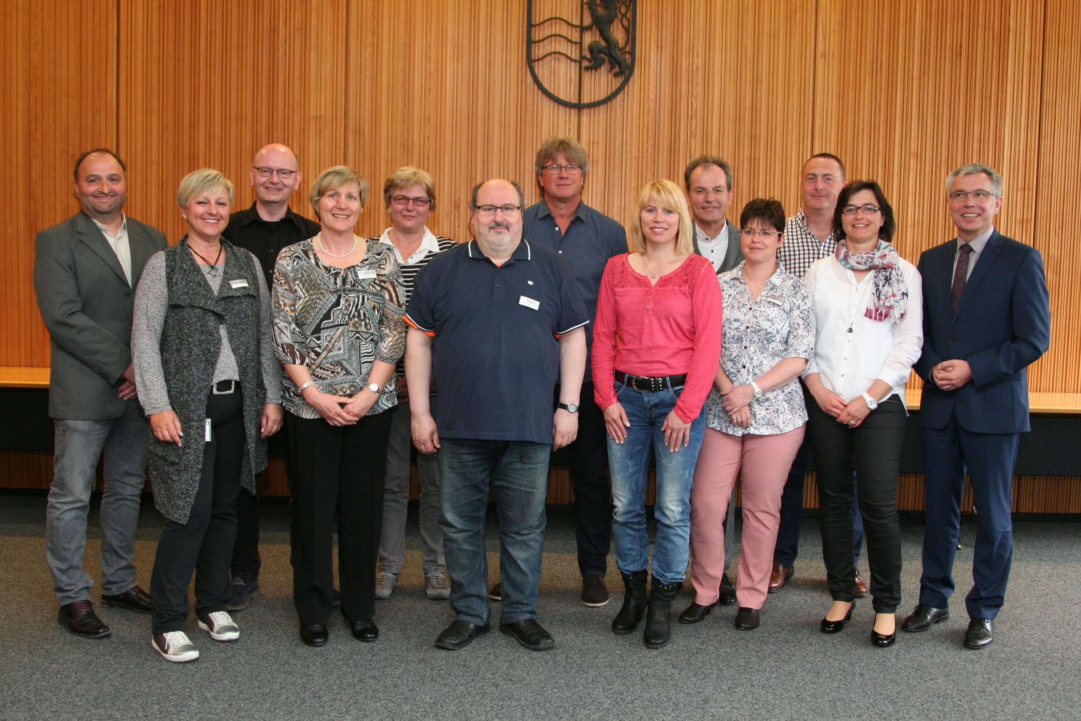 Landrat Stefan Dallinger gratuliert insgesamt 16 Mitarbeiterinnen ...