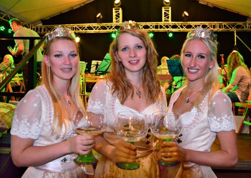Weinkönigin Patricia I. mit Weinprinzessinnen Mona und Katharina