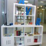 AVR Kommunal stellt Tausch- und Verschenkregal auf