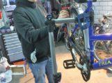 Gutes Beispiel: Ehrenamtliche reparieren Fahrräder für bedürftige Mitmenschen