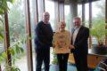 Geschenk einer Porträtzeichnung des ehemaligen Bürgermeisters Schmelcher an die Stadt Walldorf