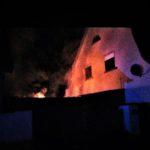 Flächenbrand und Gebäudeteil in Vollbrand