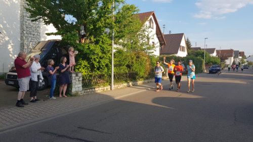 Entlang der Strecke feuern die Walldörfer die Läufer an