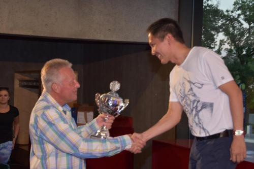 Volksbank Vorstand Matthias Zander überreicht Pokal