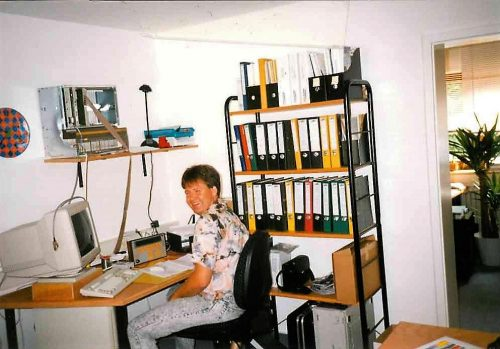 Gesellschafter Werner Rensch an seinem Arbeitsplatz im Gründungsjahr 1993