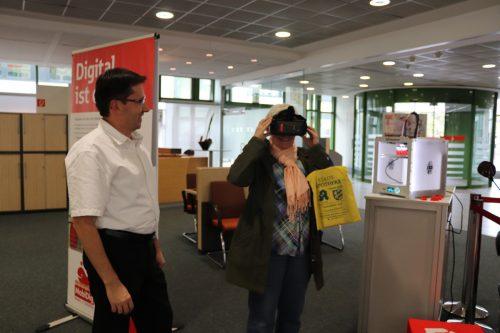 Interessiert nehmen die Wieslocherinnen und Wieslocher MobiDig in Augenschein - Frau mit VR-Brille