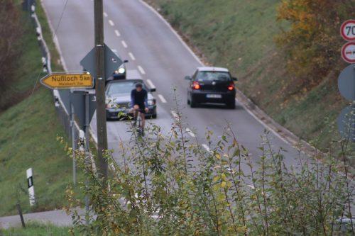 Radfahrer mitten auf der Landstrasse