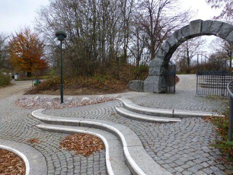 Barrierefreier Zugang am Haupteingang des Bergfriedhof Baiertal