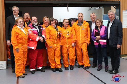 Landrat Stefan Dallinger und Landtagsabgeordneter Karl Klein mit einigen der Helfern