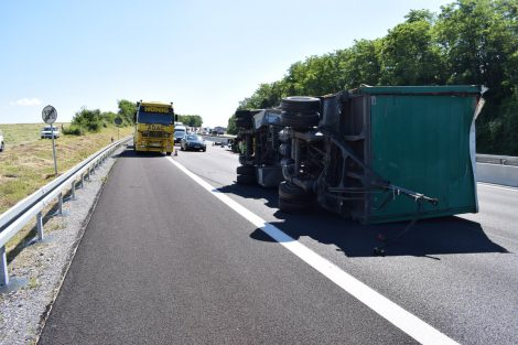 Wiesloch: Lkw-Anhänger kippt nach Unfall auf A6 um – Vollsperrung und langer Stau