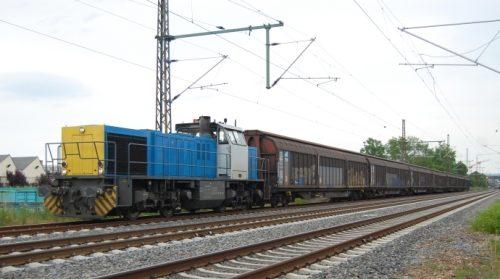 Der werktägliche Güterzug zwischen Amstetten und Wiesloch vor dem Betriebsgelände der HDM