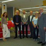 Übergabe von drei Bücherregalen an die Stadtbibliothek