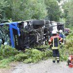 Lastwagen kommt von Fahrbahn ab und stürzt in Wald – Verkehrsbehinderungen nach Unfall auf A6 bei Dielheim