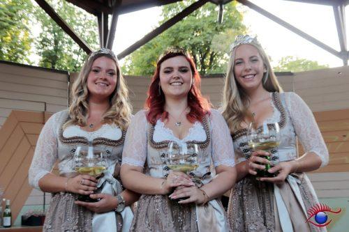 Weinprinzessin Maria, Weinkönigin Verena und Weinprinzessin Anna-Lena (v.l.n.r.)