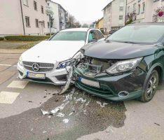 Wiesloch: Unfall an Kreuzung – Autofahrerin leicht verletzt – Sachschaden ca. 33.000 Euro