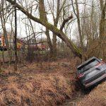 Wiesloch-Schatthausen: Von Fahrbahn abgekommen und Baum touchiert; Autofahrer bei Unfall leicht verletzt