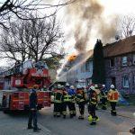 Dielheim/Rhein-Neckar-Kreis: Wohnhausbrand, Feuerwehr und Rettungskräfte im Einsatz, bislang keine Hinweise auf Verletzte