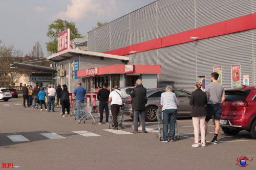 Lange Warteschlange vor dem REWE-Markt in Wiesloch