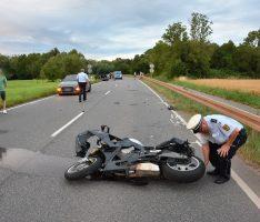 Auf B3 bei Rauenberg: Zweirad kracht in Auto – Strecke komplett gesperrt!