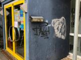 Schmierereien in Sandhausen: Graffiti an Gemeindebibliothek – Polizei sucht Zeugen! (Bildergalerie)